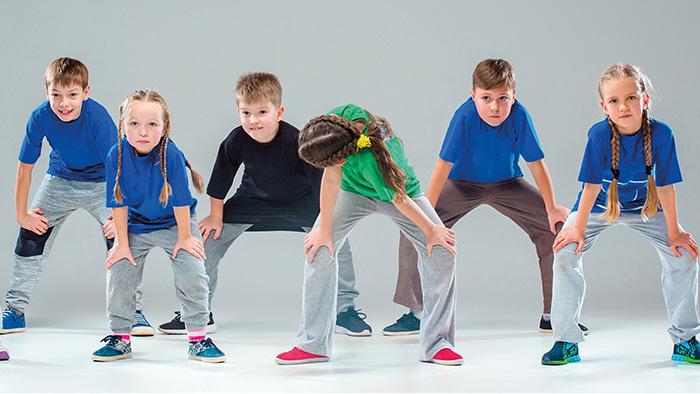 Copii dansatori într-o trupă de street dance sau hip hop